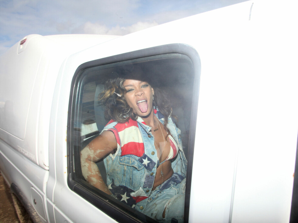 REKKER TUNGE: Rihanna i bilen under innspillingen.  Foto: All Over Press