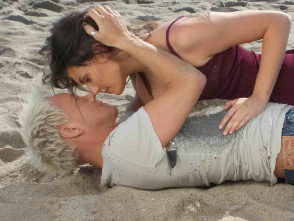 RULLER I SANDEN: Kristian Valen og Taylor Cole i en het scene på stranda. Foto: Privat
