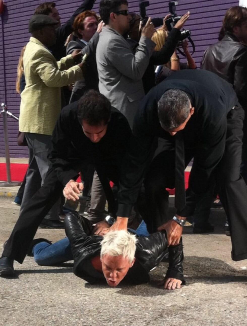 I BAKKEN: Kristian Valen legges i bakken i åpningsscenen på videoen.  Foto: Privat