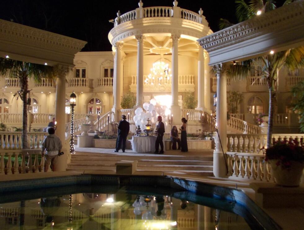 JACKSONS HUS: Huset i Beverly Hills som Michael Jackson kjøpte like før han døde blir brukt i innspillingen. Samme hus var forøvrig en del av location i filmen «Blow» med Johnny Depp i hovedrollen. Foto: Privat