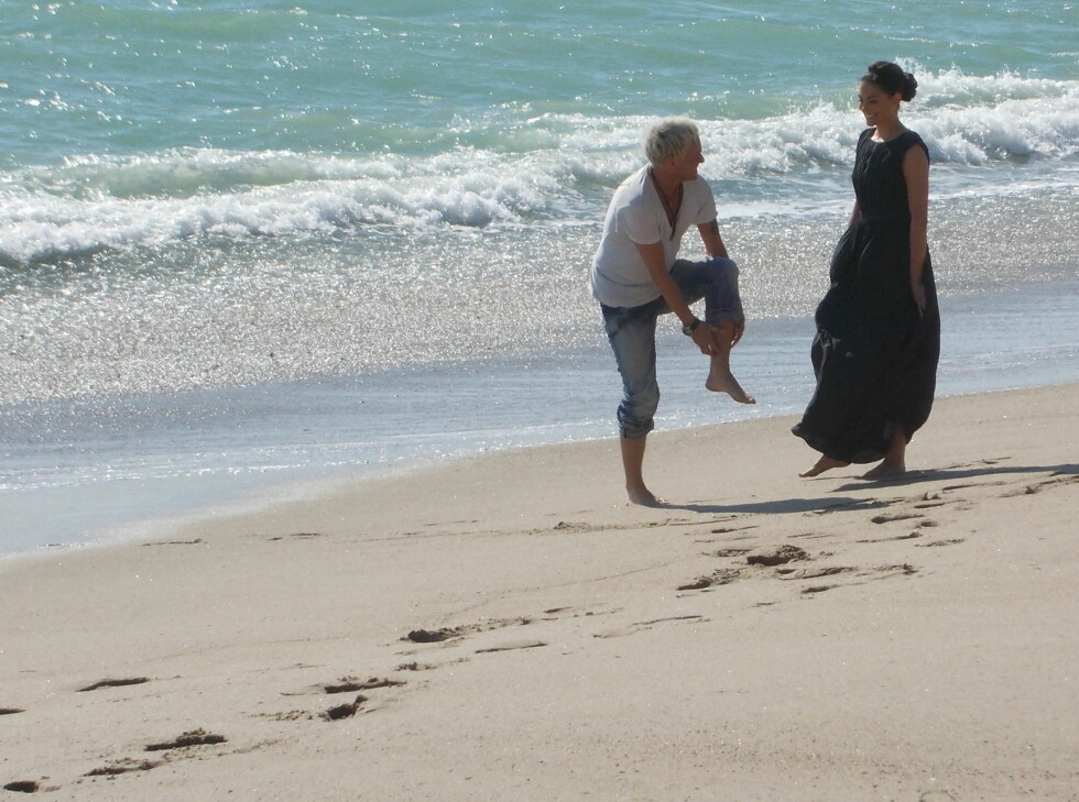 PÅ STRANDEN: Kristian Valen og Taylor Cole i strandkanten. Foto: Privat