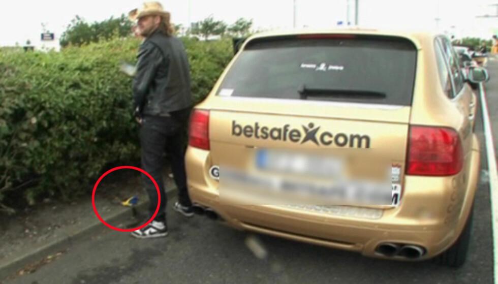 VÅT HEVN: Morten Skovdahl reagerer med å urinere på det svenske flagget når han oppdager det på den norske bilen i Viasat 4-programmet «Gumball 3000» Foto: Viasat 4