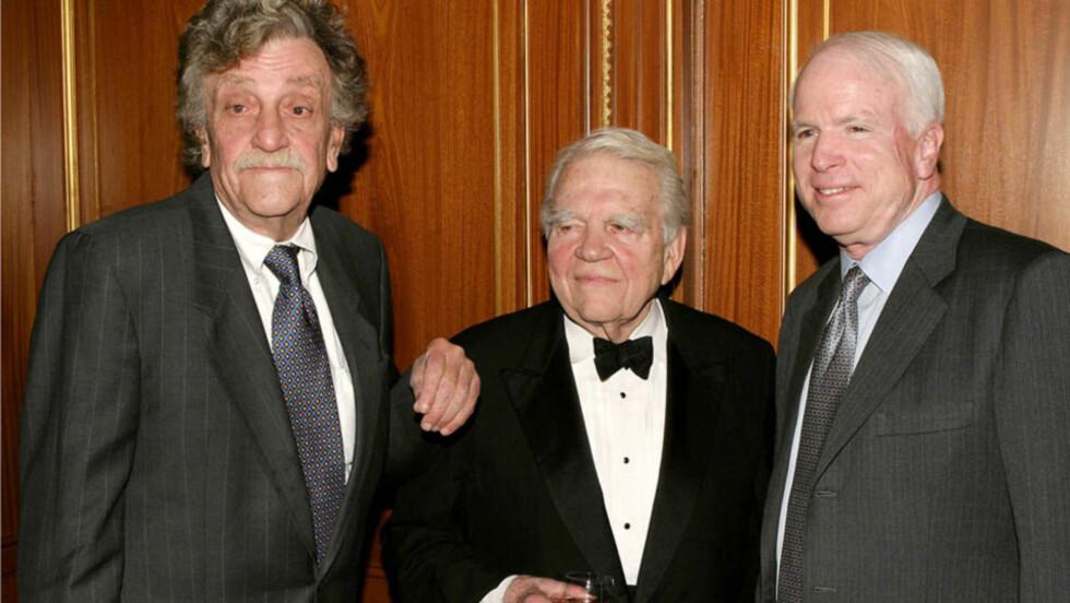 I GODT SELSKAP: Her er «60 Minutes»-legenden Andy Rooney (midten) avbildet sammen med den verdenskjente forfatteren Kurt Vonnegut (t.v) og senator John McCain (t.h) under prisutdelingen til The Writers Guild of America East i New York i 2004. Foto: All Over Press