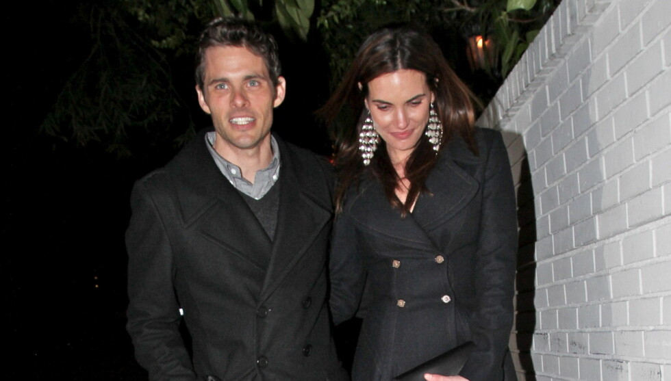 SKILLES: James Marsden og kona Lisa Linde har vært hgiftt i drøyt 11 år - nå har ekteskapet gått i oppløsning. Her er de to på vei fra en fest på celebre  Chateau Marmont i Los Angeles i februar. Foto: All Over Press