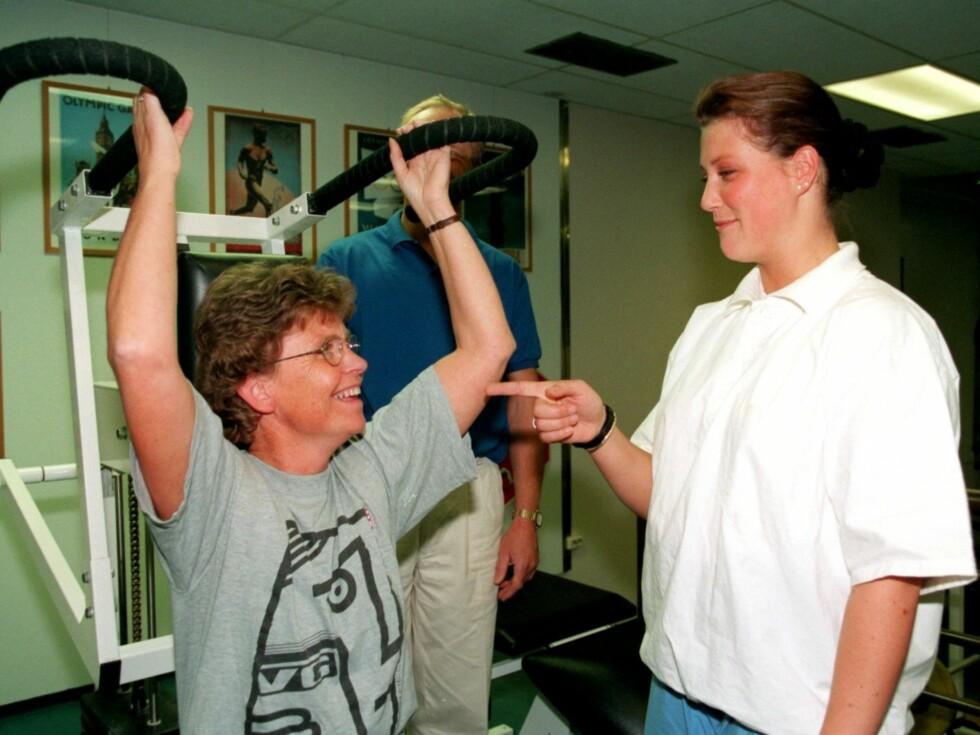 UTDANNELSE: Prinsesse Märtha Louise er utdannet som fysioterapeut. Her er hun i forbindelse med sin observasjonspraksis fra høyskolen.     Foto: Scanpix
