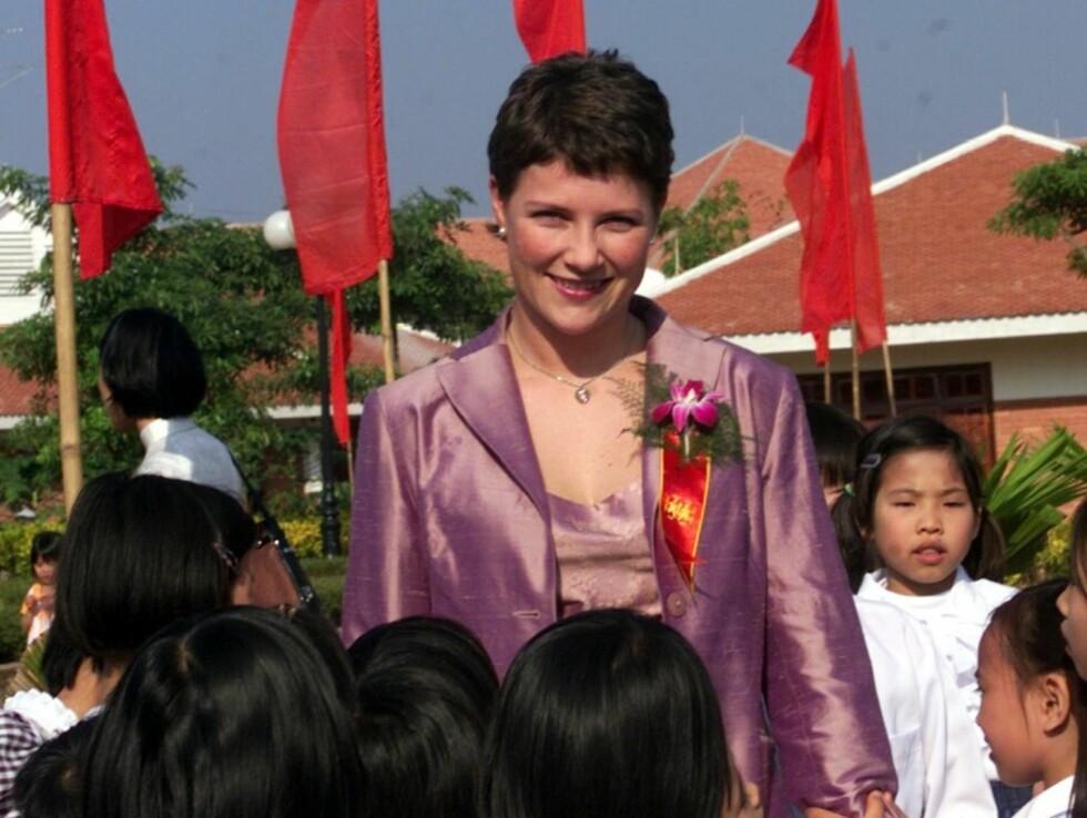 OFFISIELT OPPDRAG: Prinsesse Märtha Louise sammen med mange barn etter at hun åpnet en ny SOS barneby i Viet Tri , 15 mil nord for Hanoi.   Foto: SCANPIX