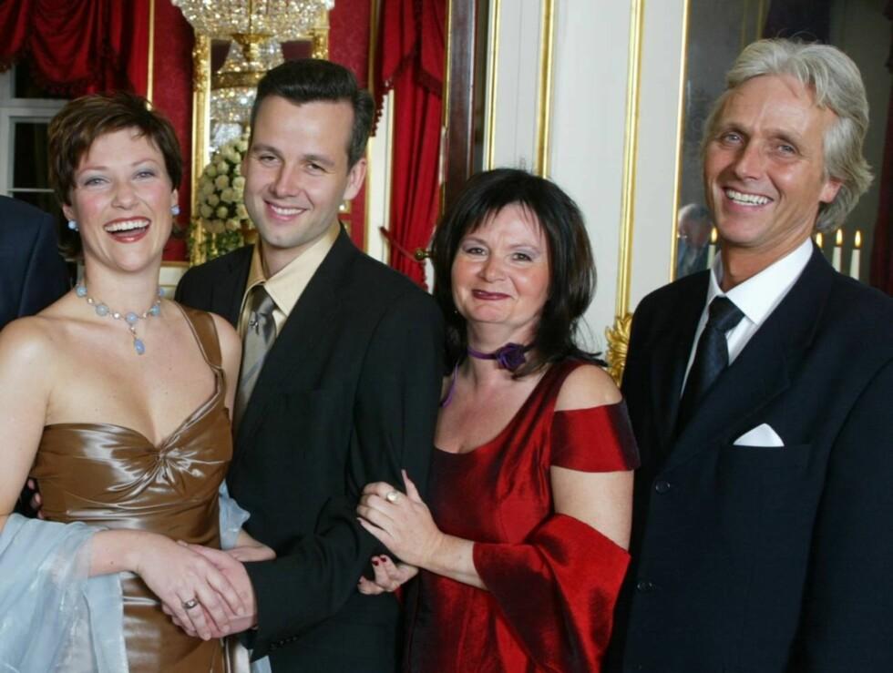 FORLOVET: 13. desember 2001 forlovet Märtha seg med Ari Behn. Her fra forlovelsesdagen sammen med Aris mor og prinsessens gode venninne Marianne Behn og Aris far Olav Bjørshol. Foto: AP/Scanpix