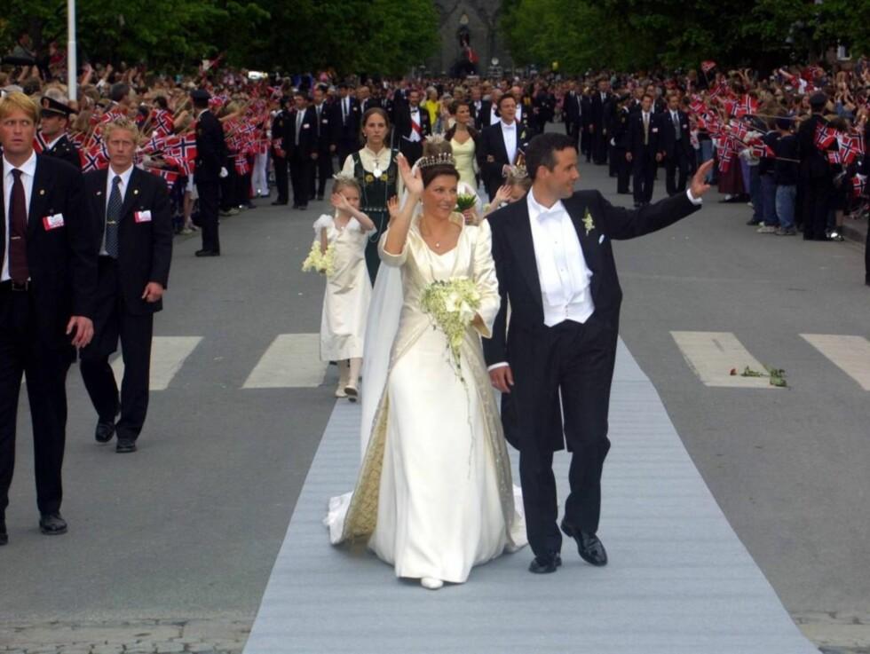 EVENTYRBRYLLUP: Prinsessen og hennes nye ektemann sørget for folkefest i Trondheim, da de giftet seg i Nidarosdomen 24. mai 2002. Foto: Anders Stavseng