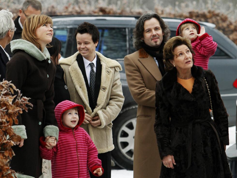 FAMILIEKJÆR: Prinsessen er svært familiekjær, og bruker mye tid med sine barn i familiens hjem i Lommedalen. Her er hun på vei til julegudstjeneste med sine nærmeste.          Foto: Scanpix