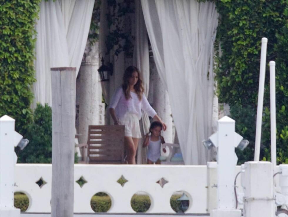 STOLT MAMMA: Jennifer Lopez passer godt på barna ved bassengkanten. Foto: All Over