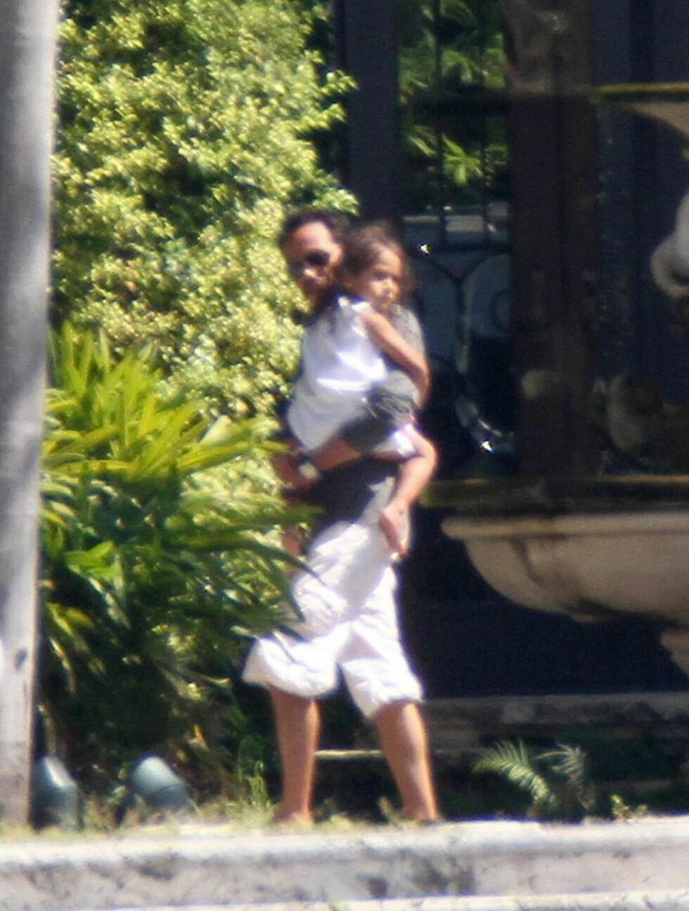 PÅ BESØK:  MArc Anthony fikk en hjertelig mottakelse da han kom på besøk til Jennifer Lopez' hotell. Foto: All Over Press