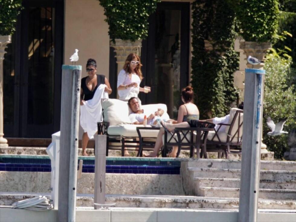 FAMILIEIDYLL: Jennifer Lopez fikk flere gode venner på besøk i Miami, i tillegg til eks-mannen. Foto: All Over