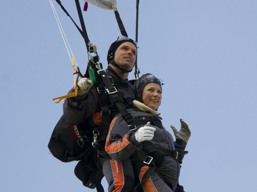 SPORTY: Märtha gjør ofte ting man ikke forventer seg av en prinsesse. Her hopper hun i fallskjerm i mai tidligere i år. Foto: Stella Pictures