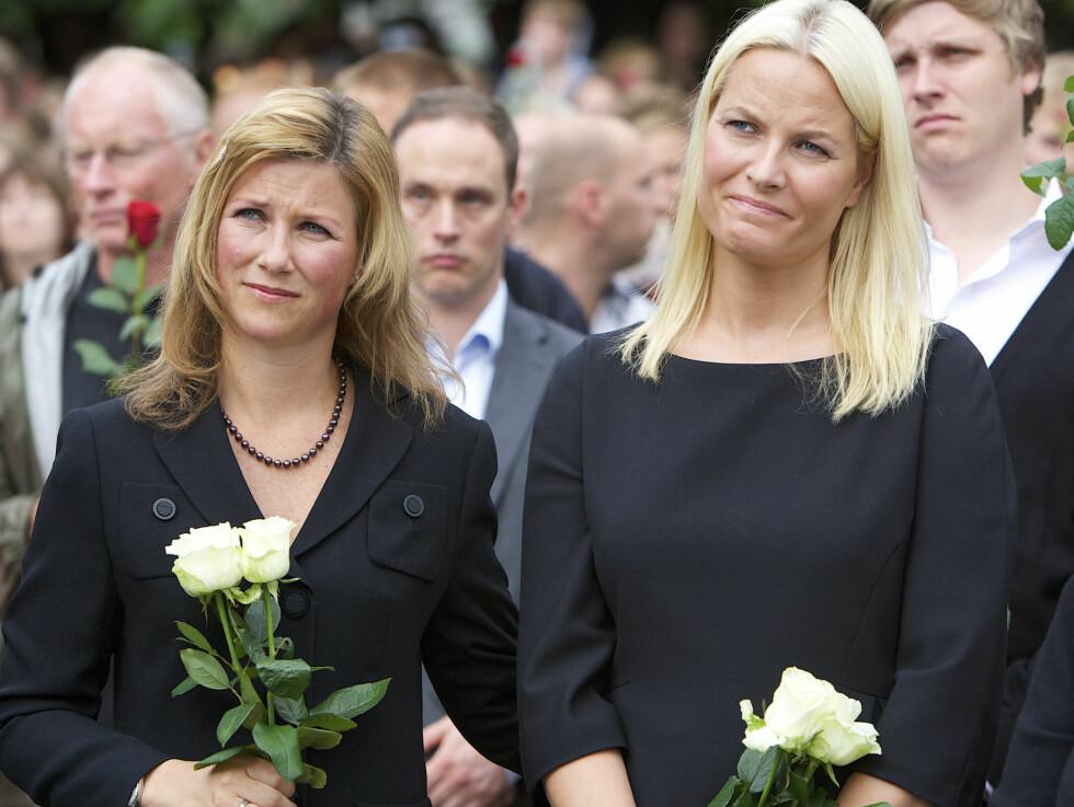 I SORG: Prinsesse Märtha viste sin støtte til ofrene og de pårørende etter terrorangrepene 22. juli. Her under rosetoget på Rådhusplassen. Foto: Stella Pictures