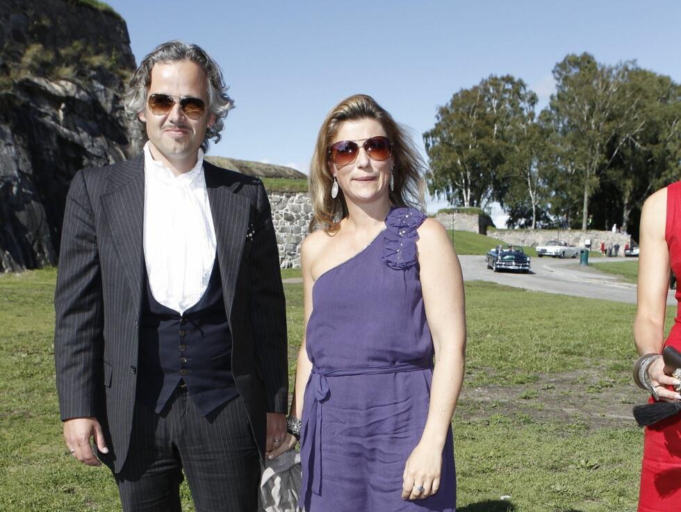 FORSATT LYKKELIGE: Ekteparet Märtha og Ari er fortsatt lykkelige sammen, nesten ti år etter at de giftet seg. Her er de to på plass i Halden som gjester i bryllupet til sin gode venn Harald Rønneberg. Foto: STELLA PICTURES