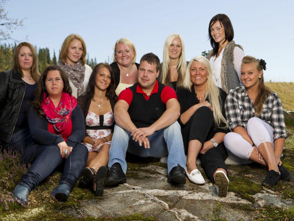BONDE NUMMER EN: «Jakten»-bonden Roar Husetuft fra Førde omkranset av sine håpefulle friere. Foto: TV2