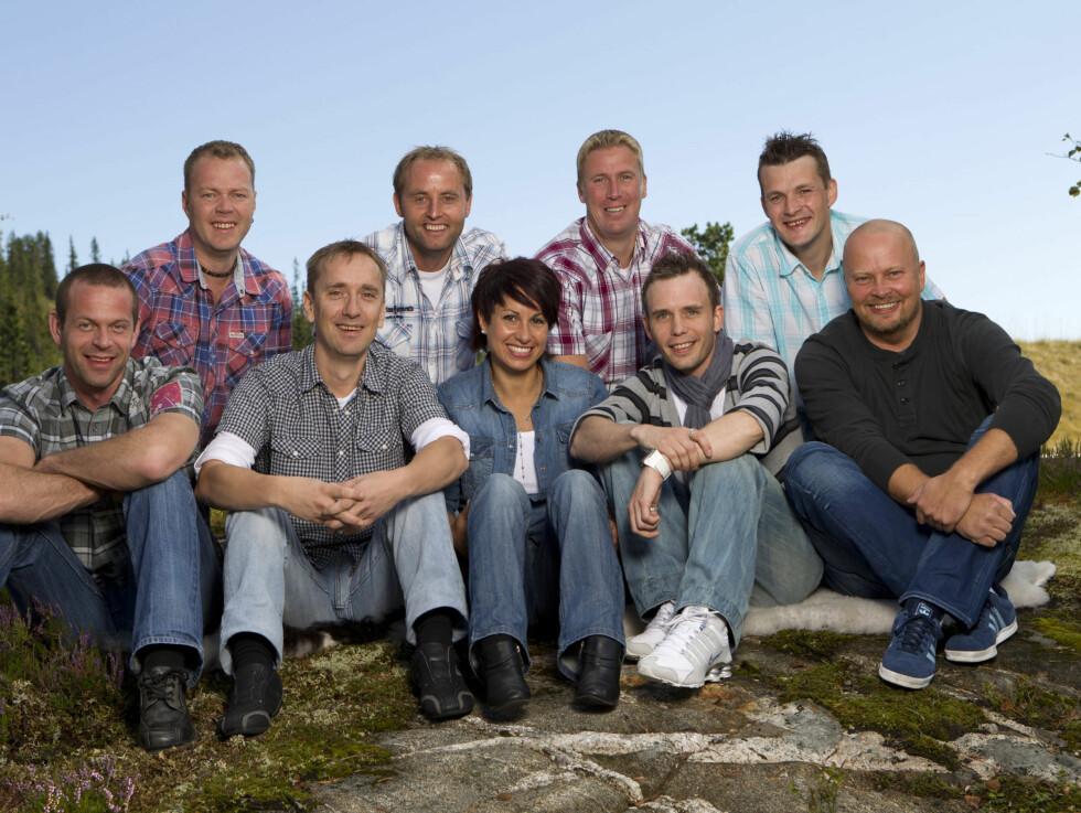 BONDE NUMMER TO: «Jakten»-bonden Linda Bjørnes fra Inderøy omkranset av sine staute friere. Foto: TV2