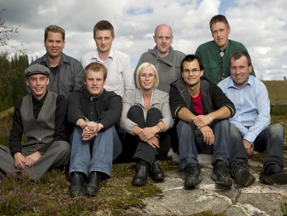 BONDE NUMMER TRE: «Jakten»-bonden Bente Fremo fra Buvika omringet av sine utvalgte friere.  Foto: TV2