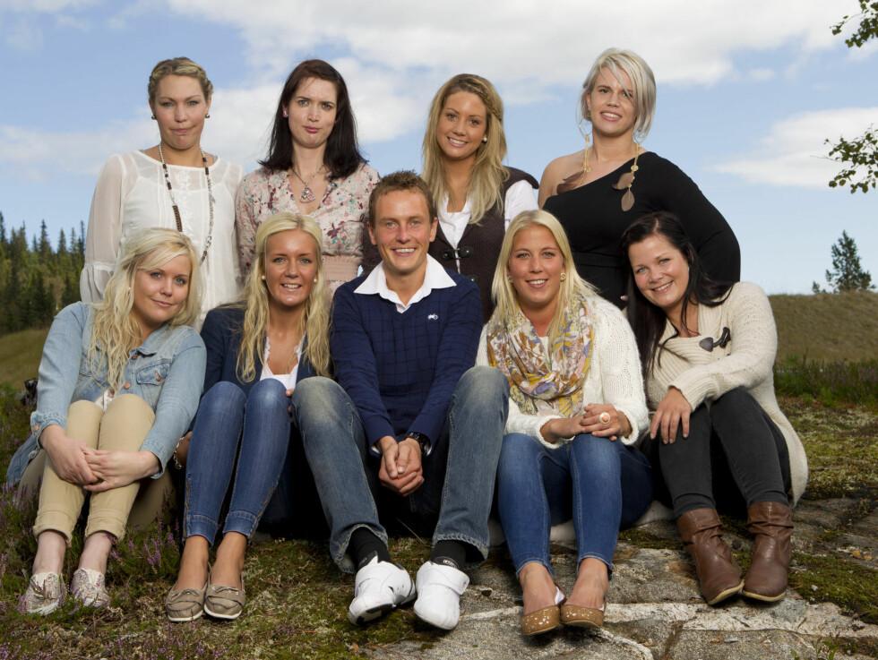 BONDE NUMMER FIRE: «Jakten»-bonden Svein Bøylestad fra Froland omkranset av sine søte friere.  Foto: TV2