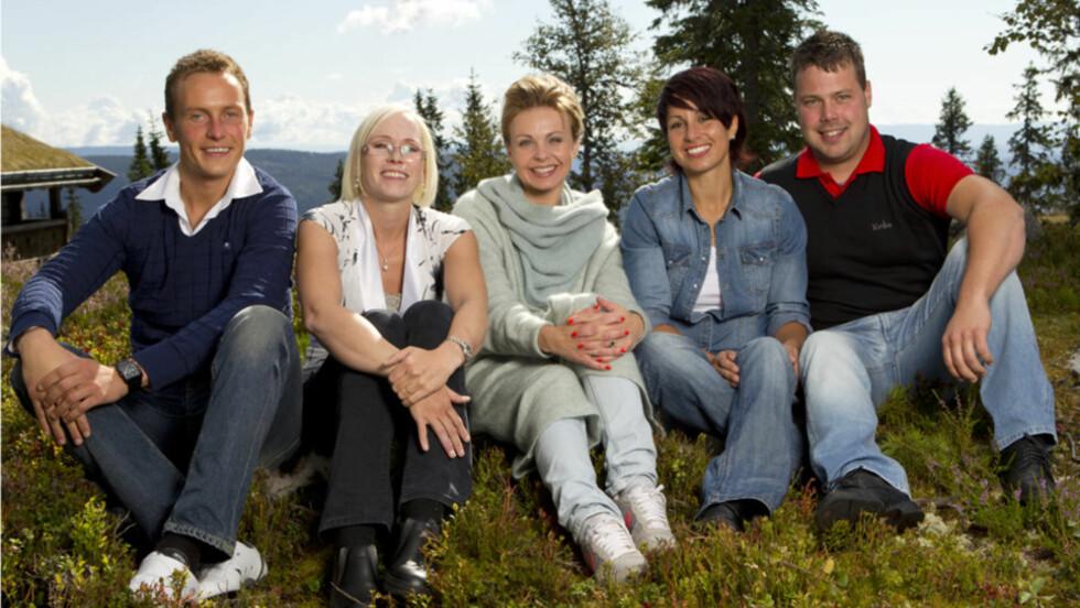 ÅRETS BØNDER: Svein Bøylestad (t.v), Bente Fremo, Linda Bjørnes og Roar Husetuft er årets utvalgte kjærlighetssøkende bønder i «Jakten på kjærligheten» på Tv2. I midten sitter programleder Marthe Sveberg Bjørstad. Foto: TV 2