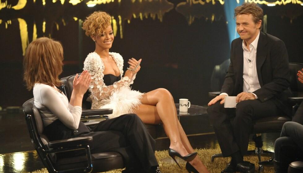 KVINNEBEDÅRER: Fredrik Skavlan har fått mye tyn for å være både for pågående og for opphengt i de kvinnelige intervjuobjektene. Her med superstjerne Rihanna på «Først & sist» i 2010. Foto: Stella Pictures