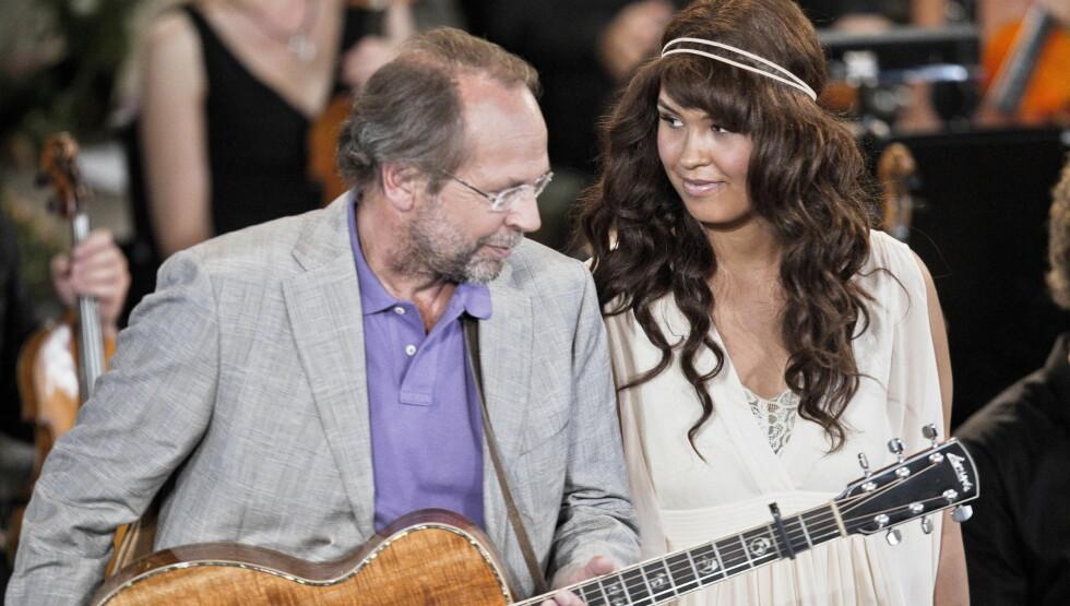 <strong>VAKKERT:</strong> Maria har fått mye skryt for sin opptreden med Ole Paus sin sang «Mitt Lille Land». Her fra minnekonserten i Oslo Domkirke. Foto: Stella Pictures