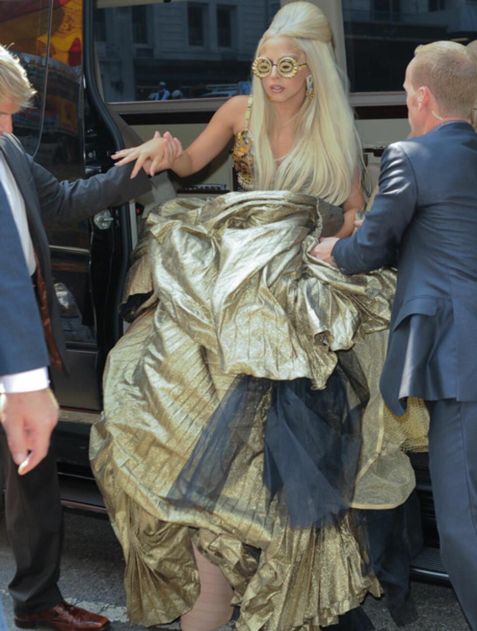 HJELPES: Lady Gaga, nesten ute av stand til å både se og gå, måtte hjelpes ut av bilen da hun ankom Annie Leibovitz' photo-shoot i Central Park mandag. Foto: All Over Press