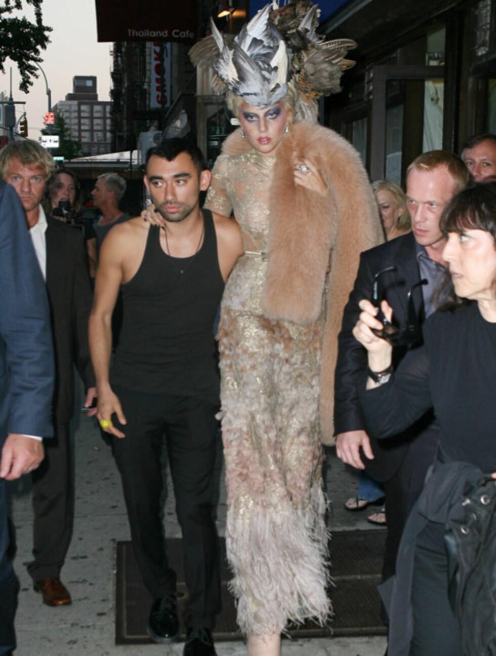 GOD STØTTE: Lady Gaga sørget for å ha minst to livvakter i nærheten når hun måtte våge seg rundt på sine skyskraperhæler i New York mandag.  Foto: All Over Press