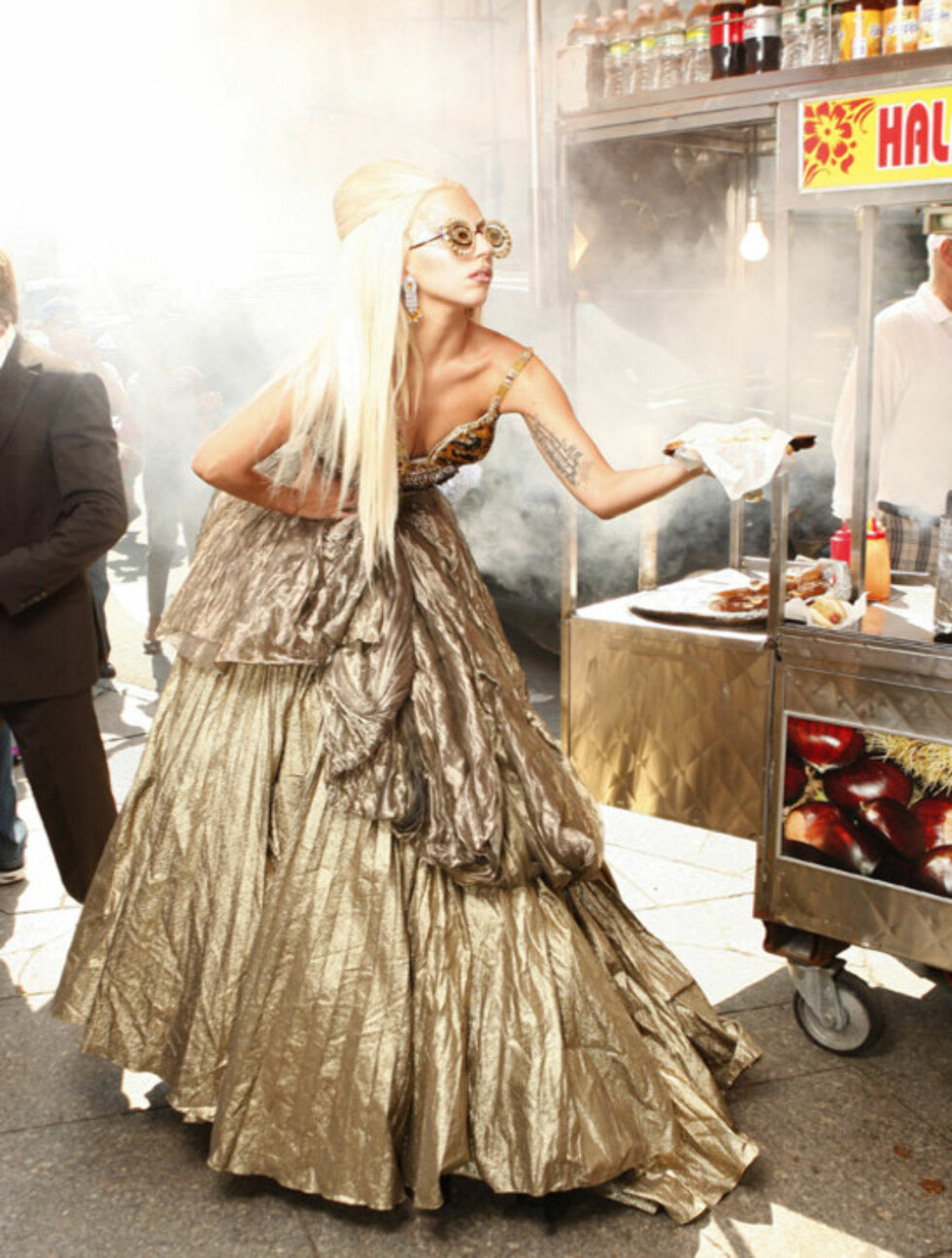 STILIG: Umulige antrekk kombinert med unaturlige positurer? Motereportasje i Vanity Fair, så klart! Lady Gaga «spiser» pølse i brød under fotograferingen. Foto: All Over Press