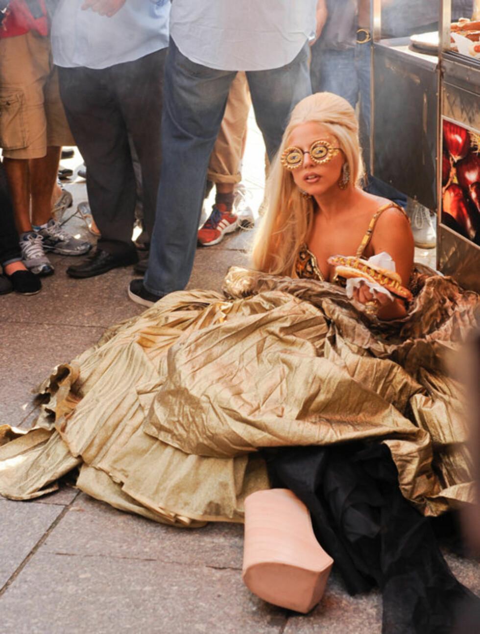 PØLSEPAUSE: Heldigvis for Lady Gaga fikk hun også sitte litt på rumpa under Annie Leibovitz-fotograferingen.   Foto: All Over Press