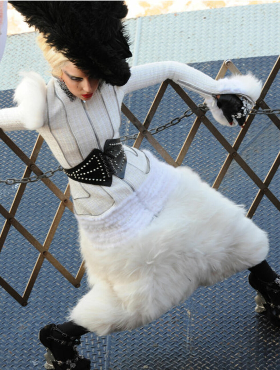 SATTE SJØBEIN: Lady Gaga i avslappet positur under foto-shooten, her på en båt. Godt å ha et gjerde å støtte seg til når livvaktene er annetsteds. Foto: Stella Pictures