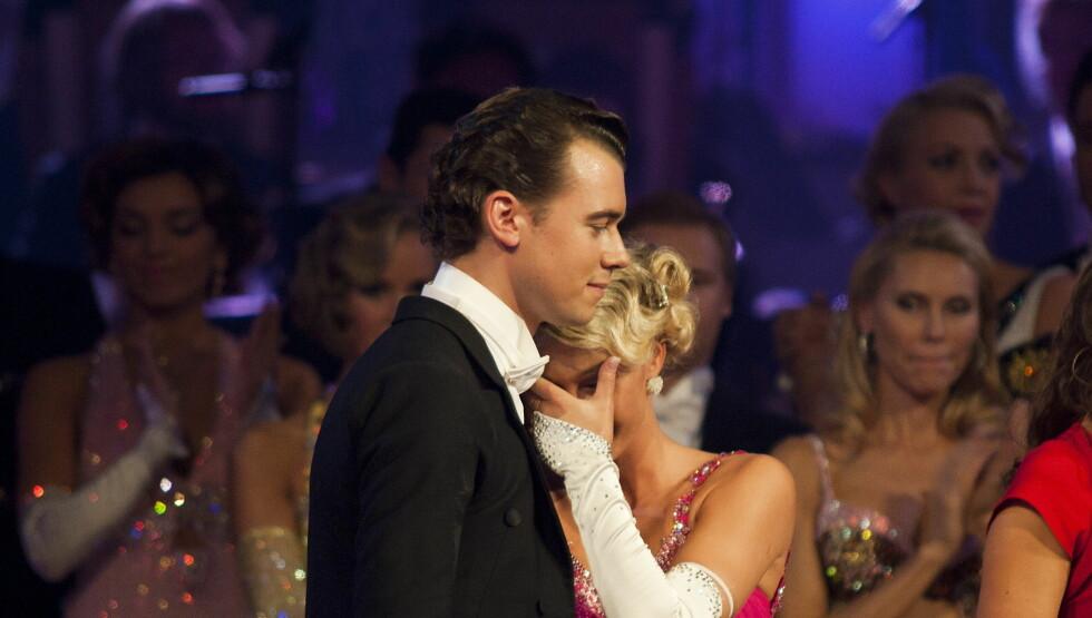 TRIST: Rachel Nordtømme søker støtte i dansepartneren Henrik Fris, som sier til Seher at han synes Rachel gjorde det bra i konkurransen. Foto: Scanpix