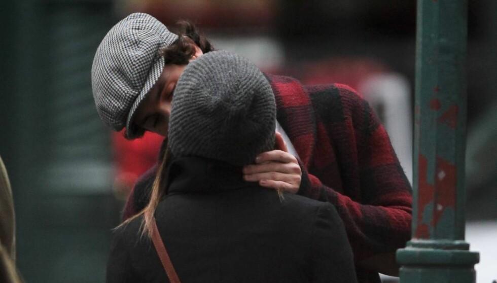 <strong>SMASK:</strong> Penn og Zoë måtte stoppe opp og ta seg tid til litt klinings på åpen gate i SoHo, New York. Foto: All Over Press