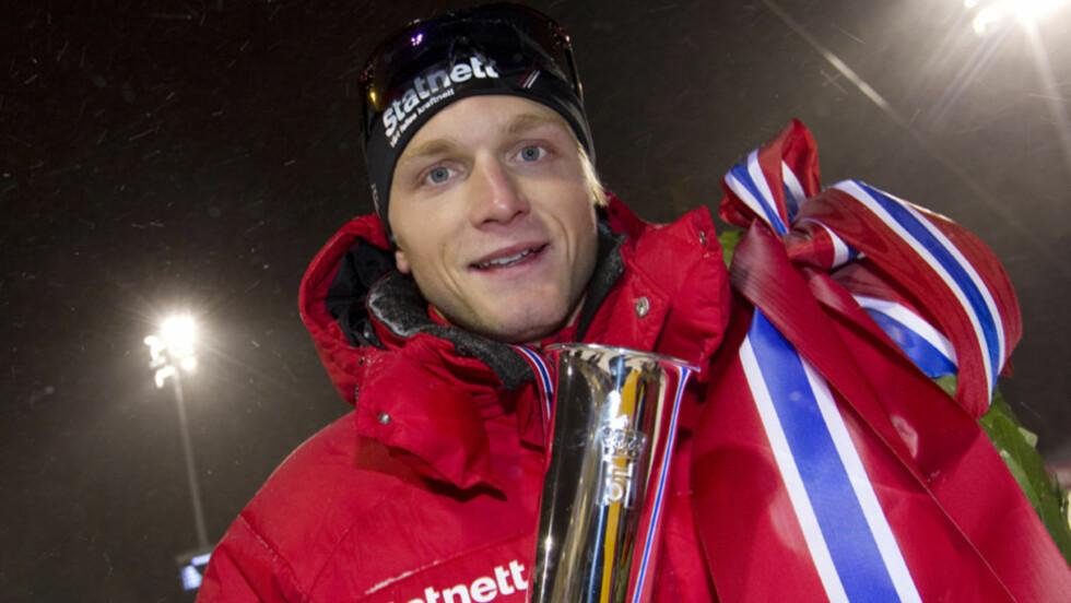 <strong>HELL I SPORT OG KJÆRLIGHET:</strong> Håvard Bøkko ble NM-mester på skøyter og sikret seg kongepokalen på Frogner stadion i Oslo før jul i fjor. Han har også funnet lykken med vakre Ingrid Hjermstad - som delte ut VM-sølv til ham året før.  Foto: Scanpix