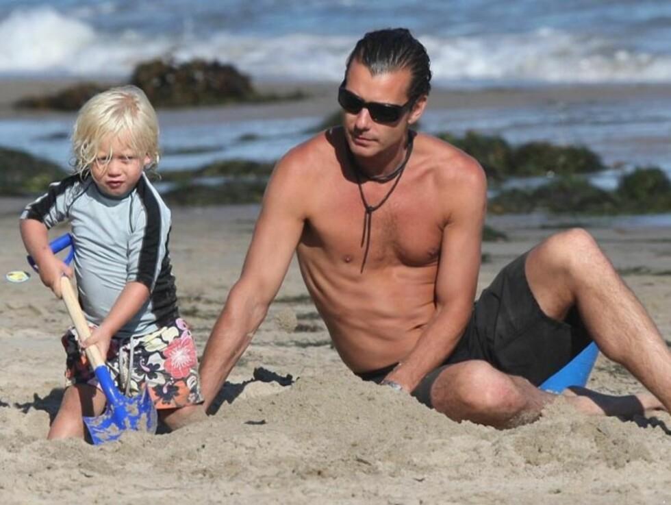 FAR OG SØNN: Gavin Rossdalehjalp yngstesønnen Zuma med å bygge sandslott på stranden i Malibu denne helgen.  Foto: Stella Pictures