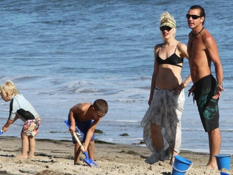FINT FIRKLØVER: Zuma og Kingston var sprekkeferdige av energi på stranden i helgen, mens mamma Gwen Stefani og pappa Gavin Rossdale hjalp til og passet på så godt de kunne. Foto: Stella Pictures
