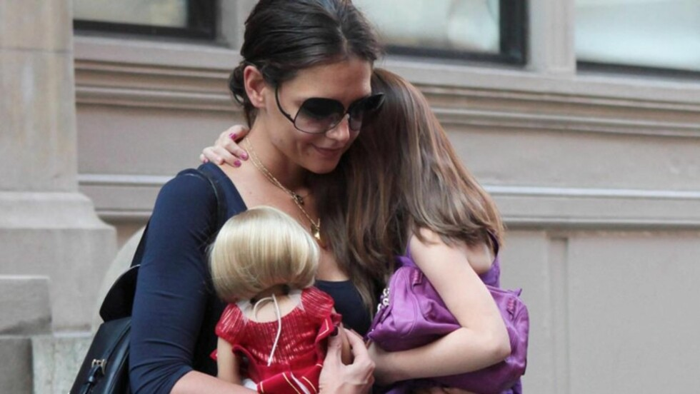SKJEMMER BORT DATTEREN: Katie Holmes nøyer seg ikke med én dag når hun skal feire datterens bursdag. «Batman Begins»-stjernen pleier å vie hele april til feiringen! Her forlater mor og datter et hotell i New York i midten av august.  Foto: All Over Press