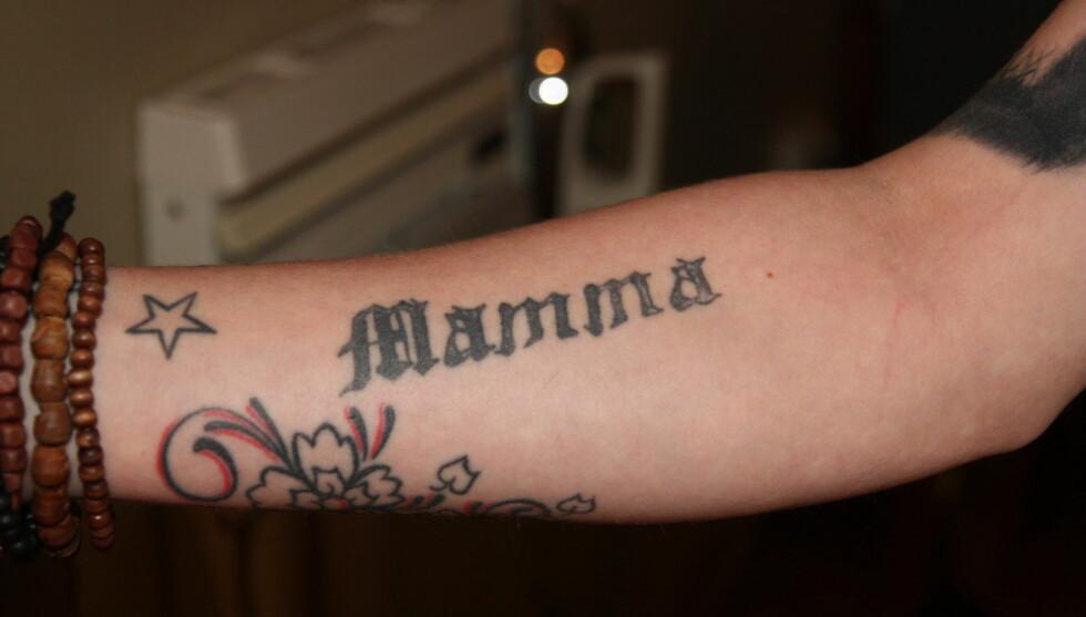 <strong>GLAD I TATOVERINGER:</strong> - Jeg begynte i en alder av 18, og da tatoverte jeg inn mamma på armen. Jeg helgarderte meg mot negative reaksjoner fra den nærmeste familien, sier Joakim Myhre Eik om denne tatoveringen. Foto: Lina Hekkli/Seher.no