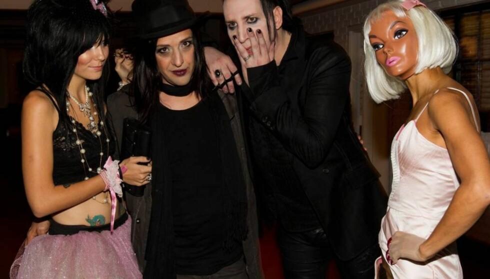 <strong>NY KJÆRESTE?:</strong> Det spekuleres i om den maskekledte kvinnen er Mansons nye kjæreste. Hun sjokkerte fotografene ved å stille i en lyserosa kjole som var helt åpen i skrittet. Foto: All Over Press