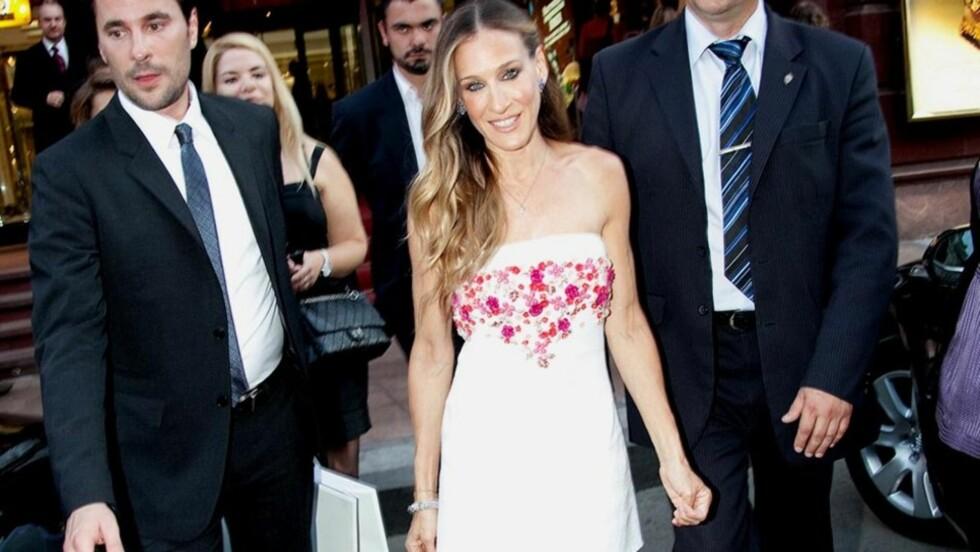 VAKKER OG VELTRENT: Sarah Jessica Parker var iført en flott kjole da hun besøkte en Manolo Blahnik-forretning i Moskva i helgen. Den britiske avisen Daily Mail mener imidlertid at stjernen er blitt for tynn og senete.  Foto: All Over Press
