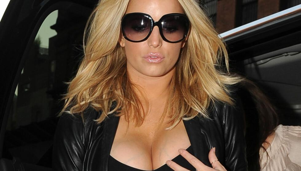 IKKE FORNØYD: Sangfuglen Jessica Simpson synes brystene får henne til å se tjukk ut. Nå vil hun slanke seg før bryllupet.  Foto: All Over Press