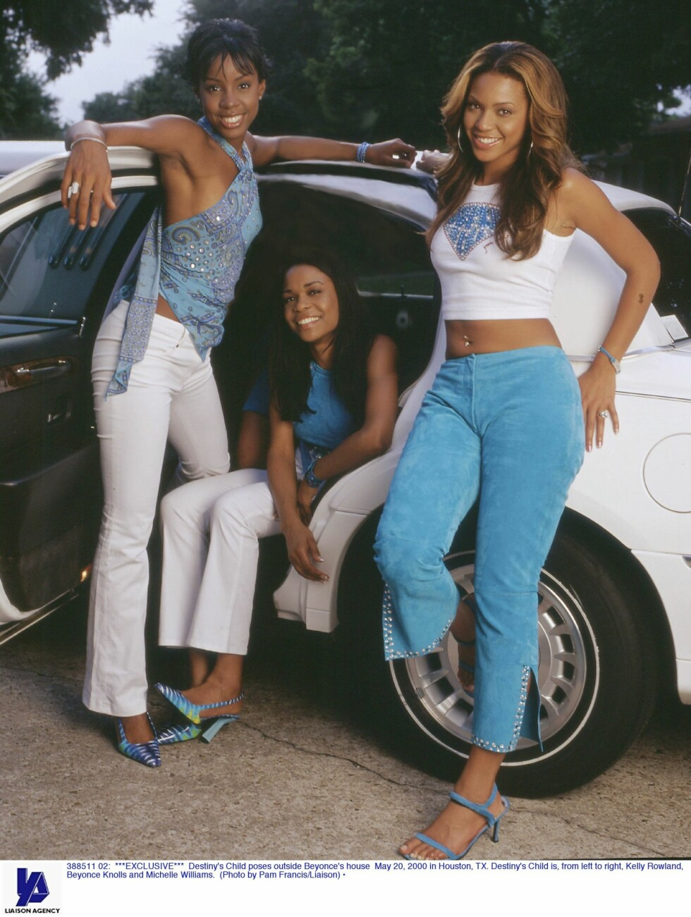 <strong>2001:</strong> Destiny's Childs Kelly Rowland (t.v), Michelle Williams og Beyoncé Knowles poserer utenfor sistnevntes hus.  Foto: All Over Press