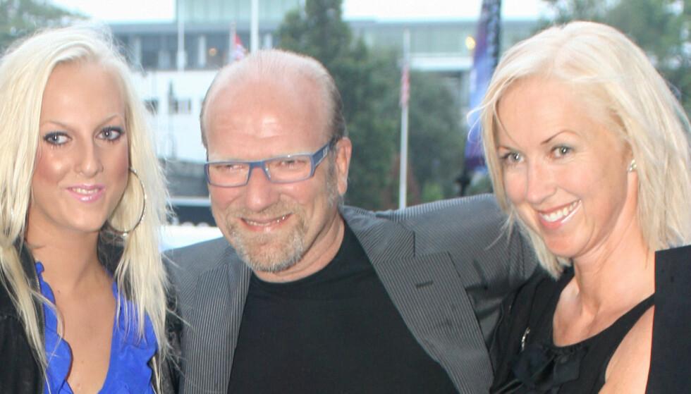 <strong>FORLOVET:</strong> Ingar Helge Gimle og Marte Dalseg (t.h.) er svært lykkelige, og til neste år en gang står trolig bryllupet mellom de to. Her fra «Amanda 2010», med datteren Kaja Gimle (22) ved sin venstre side. Foto: FAME FLYNET