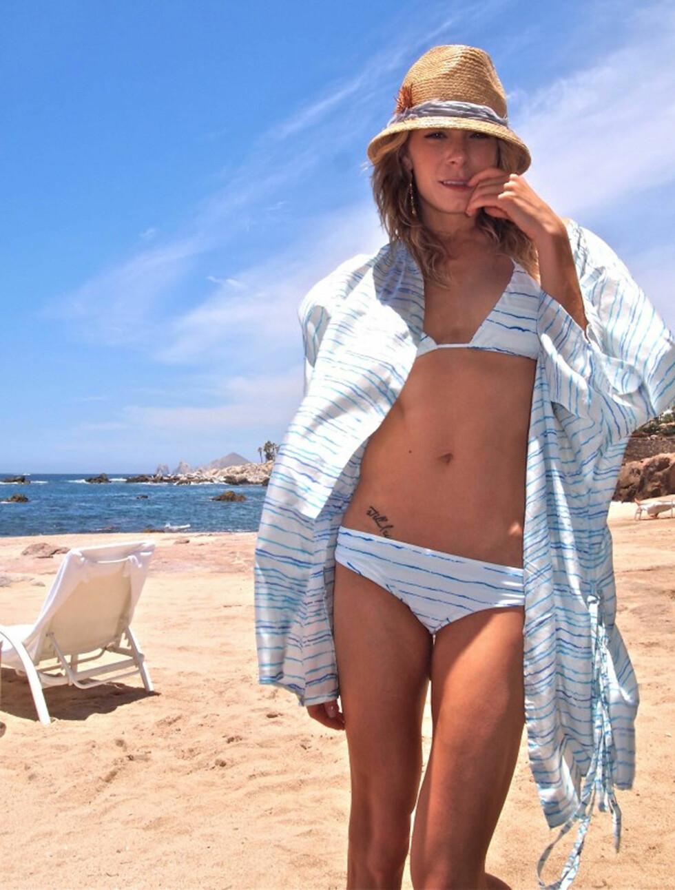 BIKINIMODELL: LeAnn Rimes poserer for bikinimerket MIKOH i en ny reklamekampanje. Foto: Stella Pictures