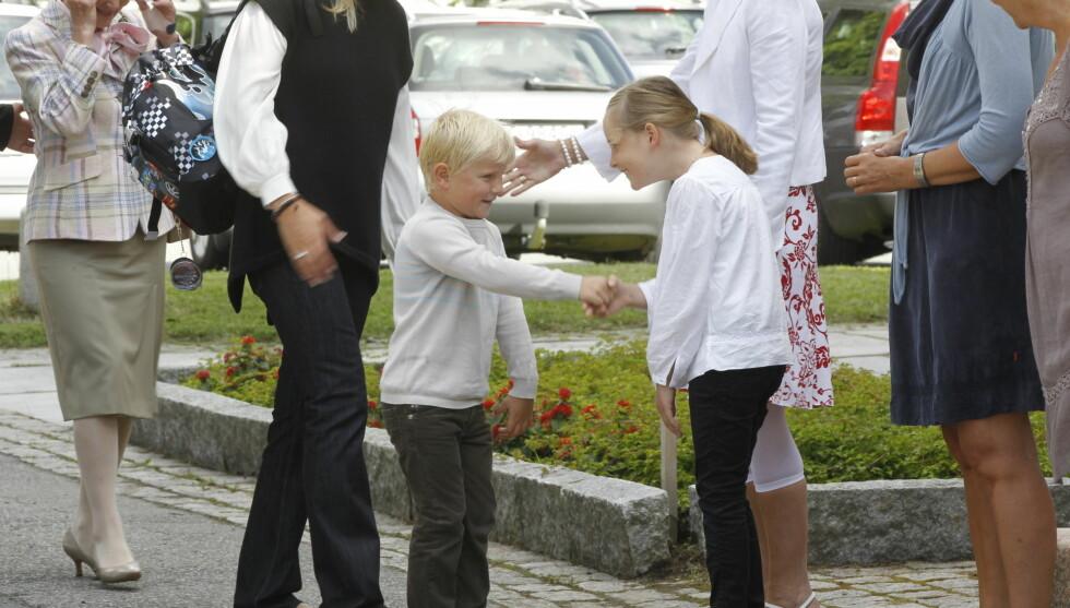 TATT IMOT AV SØSTEREN: Prins Sverre Magnus traff i hvert fall en han kjente på sin første skoledag på Jansløkka skole, søsteren Ingrid Alexandra. Foto: Scanpix