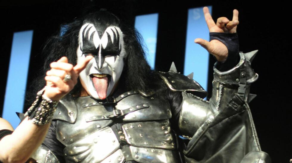 <strong>IKKE TUNGA RETT I MUNNEN:</strong> Kiss-bassist Gene Simmons kom med alvorlige pedofiliuttalelser om Michael Jackson i fjor. Da det ble kjent at bandet skulle opptre under hyllestkonserten for Jackson i Cardiff i oktober, så fansen rødt - og bandet fikk sparken  Foto: Stella  Pictures