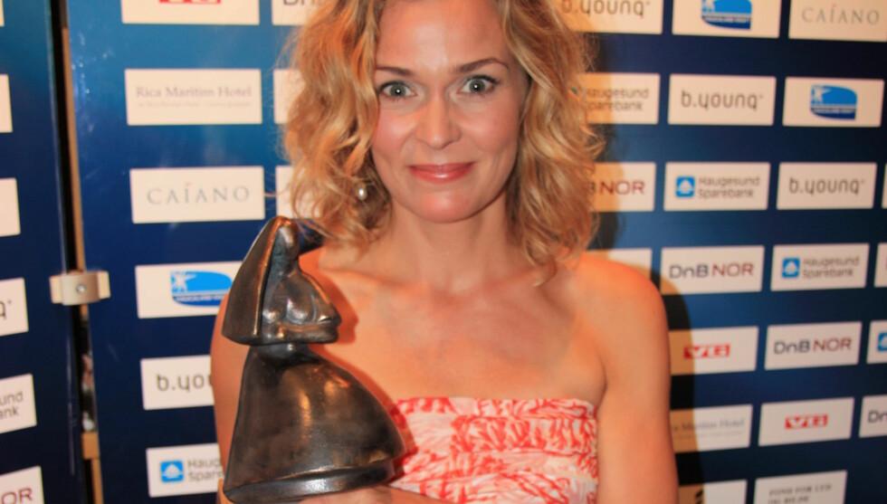 <strong>STOLT VINNER:</strong> Line Verndal takket eksen etter at hun vant Amanda-statuetten. Foto: Anders Myhren / Seher.no
