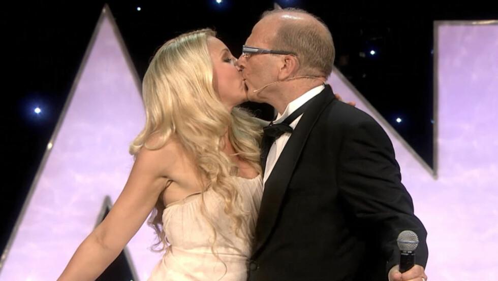 <strong>KLINTE TIL:</strong> Janne Formoe og Ingar Helge Gimle kysset på scenen under Amanda-showet. Foto: TV 2