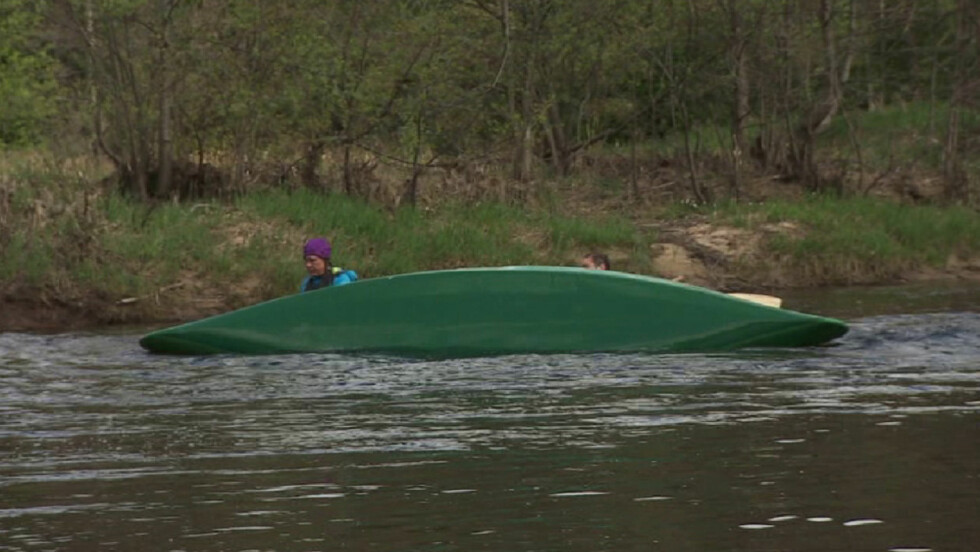DRAMATISK: Det ble dramatisk da kanoen til Mona Milde veltet i stri strøm. Foto: TVNorge