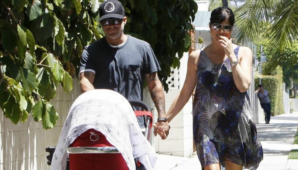 UT PÅ TUR: Selma Blair og kjæresten Jason Bleick nyter en solfylt trilletur med lille Arthur Saint Bleick i Beverly Hills, California.  Foto: All Over Press